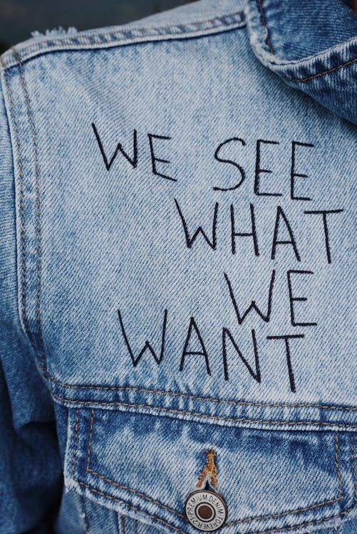 Jeansjacke mit Aufschrift: we see what we want